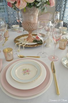If you're looking for Mother's Day decoration ideas, this brunch table setting mixes vintage china patterns with jewels for feminine style. Brunch Table Setting, Romantic Table Setting, Brunch Decor, Beautiful Table Settings, Pink Dishes, Pastel Kitchen, Romantic Shabby Chic, Table Set Up, Vintage China