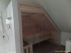 Sauna mit einer Glasfront unterhalb einer Dachschräge