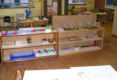 A Typical Day in a Montessori Preschool Classroom: Daily Schedule and Routine Planning Montessori Classroom Layout, Classroom Routines, Montessori Preschool, Montessori Education, Classroom Setup, Classroom Design, Classroom Organization, Classroom Helpers, Preschool Age
