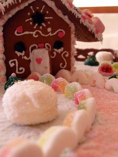Wie auch schon im letzten Jahr habe ich auch dieses Jahr wieder für meine Tochter ein Lebkuchenhaus gebacken :)     Allerdings ist es...