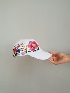 Hand Embroidered Hat / Custom embroidered hat / Floral embroidered hat / E mbroideredBaseball caps / Washed denim hat / Floral cap / Flowers Hat Embroidery, Flower Embroidery Designs, Embroidery Patterns, Custom Embroidered Hats, Embroidered Flowers, Fancy Hats, Cute Hats, White Baseball Cap, Baseball Hat