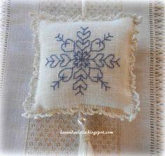 Lavanda e Lillà: Tovagliette colazione Snowflake Embroidery, Blackwork Embroidery, Lavender Bags, Christmas Crafts, Christmas Ornaments, Cute Little Things, Bargello, Potpourri, Plastic Canvas