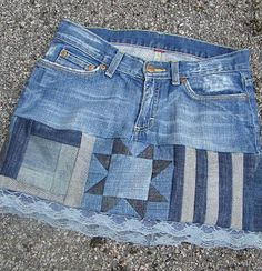 Make a lot longer though - denim patchwork skirt crafty-ideas-and-inspiration Redone Denim, Old Jeans Recycle, Denim Ideas, Denim Crafts, Embellished Jeans, Denim Patchwork, Recycled Denim, Denim Outfit, Refashion