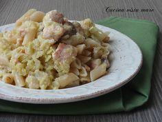 """La pasta con cavolo verza e salmone è un primo piatto completo e sostanzioso: l'abbinamento """"mare e orto"""" aromatico e appetitoso vi stupirà!"""