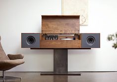 Symbol: mobile audio Modern Record Console, design Tovin Blake e Matt Richmond. Ha il giradischi con braccio in fibra di carbonio per ascoltare i vinili e il router wireless per la musica digitale. In