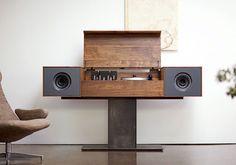Symbol: mobile audio Modern Record Console, design Tovin Blake e Matt Richmond. Ha il giradischi con braccio in fibra di carbonio per ascoltare i vinili e il router wireless per la musica digitale. In