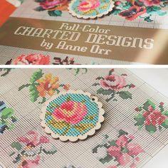 Cross Stitch: floral pendant « GOODKNITS // a knitting & crochet blog Mini Cross Stitch, Beaded Cross, Bead Weaving, Cross Stitching, Needlepoint, Hand Sewing, Knit Crochet, Miniatures, Crafty