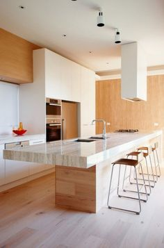 Moderna cocina de madera y encimera de marmol