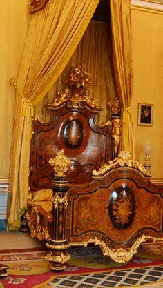 Queen's bedchamber, Palacio Real de Aranjuez, Spain, ca 1850 Unusual Furniture, Luxury Furniture, Furniture Decor, Furniture Design, Beautiful Bedrooms, Beautiful Interiors, Beautiful Beds, Interior Exterior, Interior Design