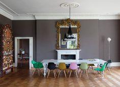 chaises salle à manger multicolores en plastique et table laquée en blanc
