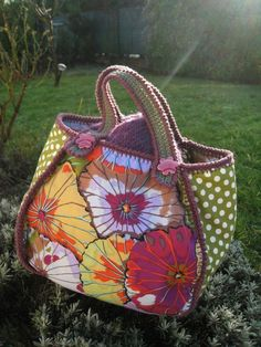 Fabric and Crocheted Bag, by Domi Bidouilles. http://p3.storage.canalblog.com/37/23/816368/73821276.jpg http://p1.storage.canalblog.com/12/44/816368/73821294.jpg http://p5.storage.canalblog.com/56/98/816368/73821301.jpg