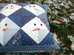 Sewing Pillows Patchwork Posse: Snowman Pillow Tutorial - Using half square triangles, sew up this super simple snowman pillow. Great for beginner sewers and perfect for the winter and holidays. Snowman Quilt, Diy Snowman, Sewing Pillows, Diy Pillows, Easy Sewing Projects, Quilting Projects, Diy Quilt, Christmas Sewing, Christmas Patchwork