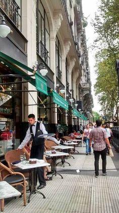 Este el centre de Buenos Aires. Las personas de Buenos Aires son muy activas porque les gusta pasear.