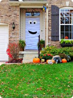 How to make a crepe paper mummy door! #crafts #Halloween