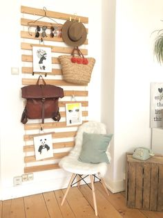 Schlichte DIY-Garderobe und Beistelltisch aus Holzkisten. #DIY #Garderobe #Zimmer #Einrichtung