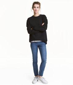 牛仔藍色. 超彈性斜紋緊身長褲,彈性腰圍,連仿前袋和真後袋。細碼比例,適合身高約 160 厘米的女性,尺寸以長度為依據,而非闊度。請使用本店的標準尺碼指南以量度腰圍。細碼褲腳,內長為73厘米(襠位至褲腳)。