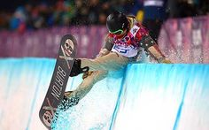 Shaun White of the U. wipes out during the men's snowboard halfpipe final at Rosa Khutor Extreme Park at the Sochi Winter Olympic Games on Feb. Olympic Hockey, Olympic Sports, Winter Olympic Games, Winter Olympics, Shaun White, Riders On The Storm, Snowboarding Men, Snow Scenes