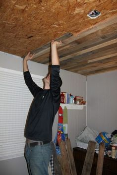 Rustic Pallet Wood Ceiling Tutorial See someone else had the same idea…and my kids thought I was crazy! Rustic Pallet Wood Ceiling Tutorial See someone else had the same ideaand my kids thought I was cra Unique Home Decor, Home Decor Items, Pallet Ceiling, Pallet Walls, Plank Ceiling, Pallet Boards, Wood On Ceiling Ideas, Cheap Ceiling Ideas, Plank Walls