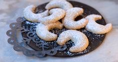 Vanillekipferl are Austrian, German, Czech and Hungarian small, crescent shaped biscuits. They are usually made with ground almonds or hazelnuts. They get their typical flavour from a heavy dusting of vanilla sugar. Australian Cookies, Australian Food, Easy Christmas Cookie Recipes, Easy Cookie Recipes, Peanut Butter Cookie Recipe, Coconut Cookies, Traditional Christmas Cookies, Austrian Recipes, German Recipes