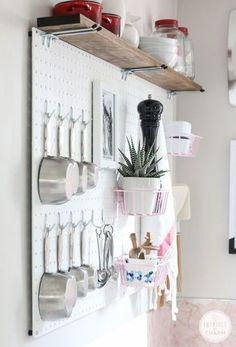 サボテンや観葉植物をちょっと置くとおしゃれさが増します。「ペグボード」の上に収納棚を作って、さらに収納スペースを創りだしています。