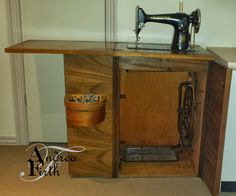 Treadle Sewing Machines, Antique Sewing Machines, Dressmaker Sewing Machine, Home Office Furniture Desk, Diy Furniture, Sewing Cabinet, Old Singers, Dyi Crafts, Sewing Rooms