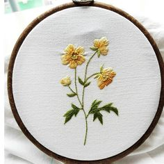 항상 노란색을 덜 사용하는 나~ 이 꽃은 노랑노랑 해서 올려보아요^^ #프랑스자수 #야생화자수 #손자수#자수바란스#embroidery #handmade #handembroidery #액자#액자인테리어