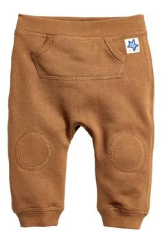 Trousers in sweatshirt fabric made from a cotton blend with an elasticated waist, kangaroo pocket at the front and ribbed hems. Baby Outfits, Outfits Niños, Kids Outfits, Fashion Niños, Kids Fashion Boy, Sweatpants With Pockets, Gender Neutral Baby Clothes, Baby Kind, Kind Mode