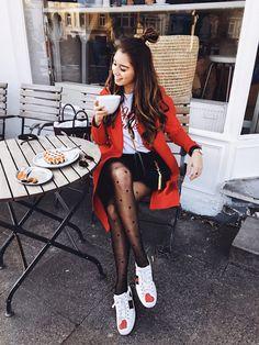 shop my instagram looks, roter Mantel, Statement Tights mit Herzchen, Gucci Sneaker