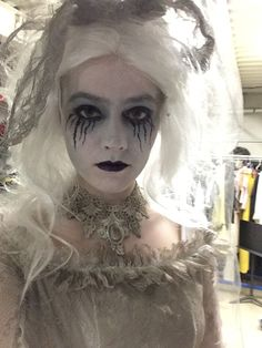 Ghost bride- the Addams family musical Halloween 2018, Halloween Bride, Theme Halloween, Halloween Makeup Looks, Scary Halloween, Halloween Movies, Halloween Decorations, Adams Family Kostüm, Die Addams Family