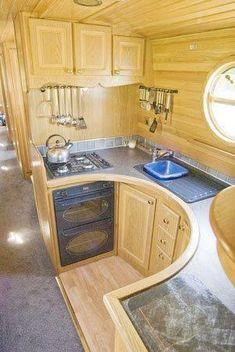 Houseboat kitchen - this looks really functional! Home Decor Kitchen, Home Kitchens, Tiny House Kitchens, Kitchen Ideas, Round Kitchen, Galley Kitchens, Kitchen Small, Narrowboat Kitchen, Narrowboat Interiors