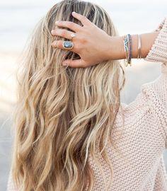 S'il y a une coiffure qu'on veut toutes apprendre à maitriser c'est bien les beach waves! Bonne nouvelle : les cheveux de plage sont faciles à faire suffit de savoir comment s'y prendre! Sur le site voyez comment réaliser facilement de jolies vagues naturelles lien dans la bio #lookdujour #ldj #beachwaves #beach #hair #hairstyle #wavyhair #blonde #hairtutorial #ontheblog #howto