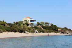 Description: Direct aan zee en strand gelegen biedt Paraktio Appartement pure rust en ontspanning Perfect voor een rustige vakantie aan zee Wakker worden met alleen het geluid van kabbelende golven. Je balkon opstappen en uitkijken over een schitterend blauwe zee. Het trapje aflopen en gelijk met je blote voeten op het strand staan. Dat is toch waar je in Nederland naar verlangt? Paraktio Appartementen geeft het je allemaal en meer. Het is de perfecte plek om de dagelijkse beslommeringen te…