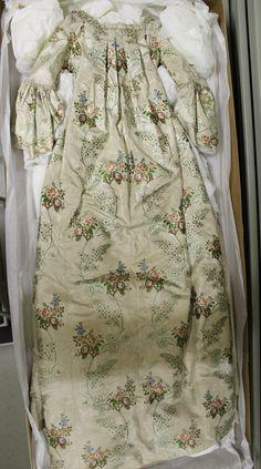 Rankalaistyylinen puku kellertävää silkkiä, jossa vihreitä, punaisia, violetteja ja valkoisia kukkakuvioita. Päällyshameen etureuna on kantattu poimutetulla nauhalla. Sivuilla vekkejä ja selässä Watteau-laskos. Puolipitkät hihat, joiden suissa kaksinkertaiset kantatut volangit. Päällyshameen alta näkyvä alushame on vekattu, ommeltu kuudesta kankaan levyisestä kaistaleesta, koristeltu kahdella rypytetyllä koristenauhalla, joista ylempi on leveämpi. Kiinnitetään nauhalla. Turun museokeskus. 18th Century, Floral Tops, Clothes For Women, Womens Fashion, Outfits For Women, Ladies Fashion