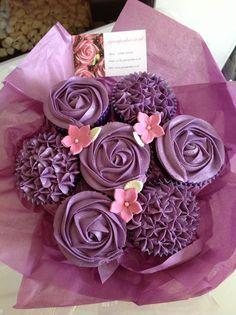 si un jour vous désirez m'offrir un cadeau, ne m'offrez pas un bouquet de fleur, mais de cupcakes (: Cupcakes Amor, Flower Cupcakes, Yummy Cupcakes, Cupcake Boquet, Purple Cupcakes, Lavender Cupcakes, Cake Bouquet, Cupcake Decoration, Deco Cupcake