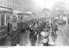 Alexanderstraße ...Straßenbahnhaltestelle im Jahre 1928 ...links müßte ja dann wohl Kaufhaus Tietz sein...