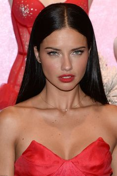 Victoria's Secret Angels celebrate the Holidays 2013 at Victorias Secret store Adriana Lima mit perfekten roten Lippen und glattem Haar Red Dress Makeup, Red Lip Makeup, Black Hair Makeup, Red Carpet Makeup, Makeup Eyes, Dress Red, Sleek Hairstyles, Wedding Hairstyles, Straight Hairstyles Prom