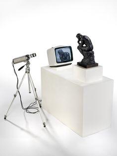 Nam June Paik : TV Rodin (le penseur), 1978. Moniteur, caméra, moulage plâtre. 132 cm x 110 x 115. Phto : Primae / Claude Germain. The Estate of Nam June Paik.