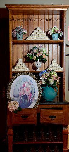 Decoração dos seus sonhos para o seu grande dia. Bookcase, Decorative Plates, Shelves, Home Decor, Event Decor, Wedding Decoration, Dreams, Events, Shelving