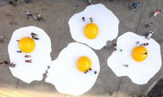 """Dutchman Henk Hofstra's Eggs from the Sky are giant fried eggs """"baked"""" on the streets lining the popular Plaza Italia. (Photo by Gonzalo Zuñiga/FotosAreas)"""
