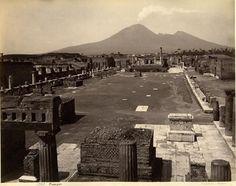 Una vecchia immagine del Foro di Pompei con il Vesuvio sullo sfondo (anteriore al 1914)