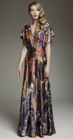 Vestidos estampados podem ser usados por madrinhas sem medo algum, desde que a cerimônia seja diurna.