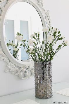 metaliczny wazon i lustro z Ikei  (tam tylko czarne, więc to pomalowane jest na  biało)