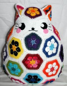 "circummisso: "" I've made myself a Kitty African flower pillow today! No pattern used. Just lots of african flowers and a lot of puzzling them together. Kitty pillow & picture by Circummisso "" African Flower Crochet Animals, Crochet Animal Patterns, Stuffed Animal Patterns, Crochet Flowers, Cute Crochet, Crochet Crafts, Yarn Crafts, Crochet Projects, Crochet Amigurumi"