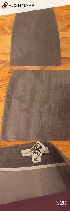 "Skirt Banana Republic fully lined skirt. 95% wool 5% Lycra. Measures 22 1/2"". Last photo is showing small back slit.  Banana Republic Skirts Midi"