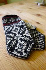 Spider Mittens pattern by Annemor Sundbø made by Edderkoppvotter Norwegian Knitting, Mittens Pattern, Knitting Designs, Spider, Free Pattern, Knit Crochet, Gloves, Accessories, Knitting Projects