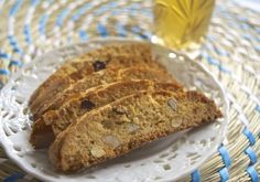 Traditional moroccan fekkas cookies with almonds and raisins. Traditionele fekkas koekjes met amandelen en rozijnen