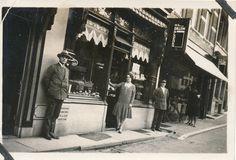 Vismarkt Utrecht, Bakkerij de Laat ca. 1920-1930. Originele foto.