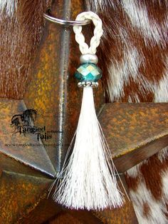Tangled Tails Keychains and Keepsakes - great idea - a turquoise bead would look lovely too Horse Hair Bracelet, Horse Hair Jewelry, Horseshoe Crafts, Horseshoe Art, Hair Keepsake, Horse Hair Braiding, Horse Tail, Western Crafts, Horse Accessories