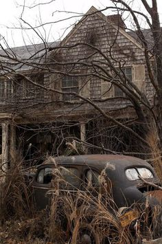 Abandoned house and car - looks like Grey Gardens Abandoned Buildings, Abandoned Mansions, Old Buildings, Abandoned Places, Abandoned Property, Abandoned Vehicles, Abandoned Cars, Mansion Homes, This Old House