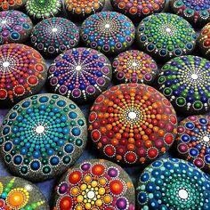 As pessoas mais felizes não têm o melhor de tudo elas apenas fazem o melhor com tudo o que têm.  Foto: pequenas pedras ganham vida nas mãos da artista canadense @elspethmclean que tem como característica de seu trabalho o uso de incontáveis pontos de cores vivas.